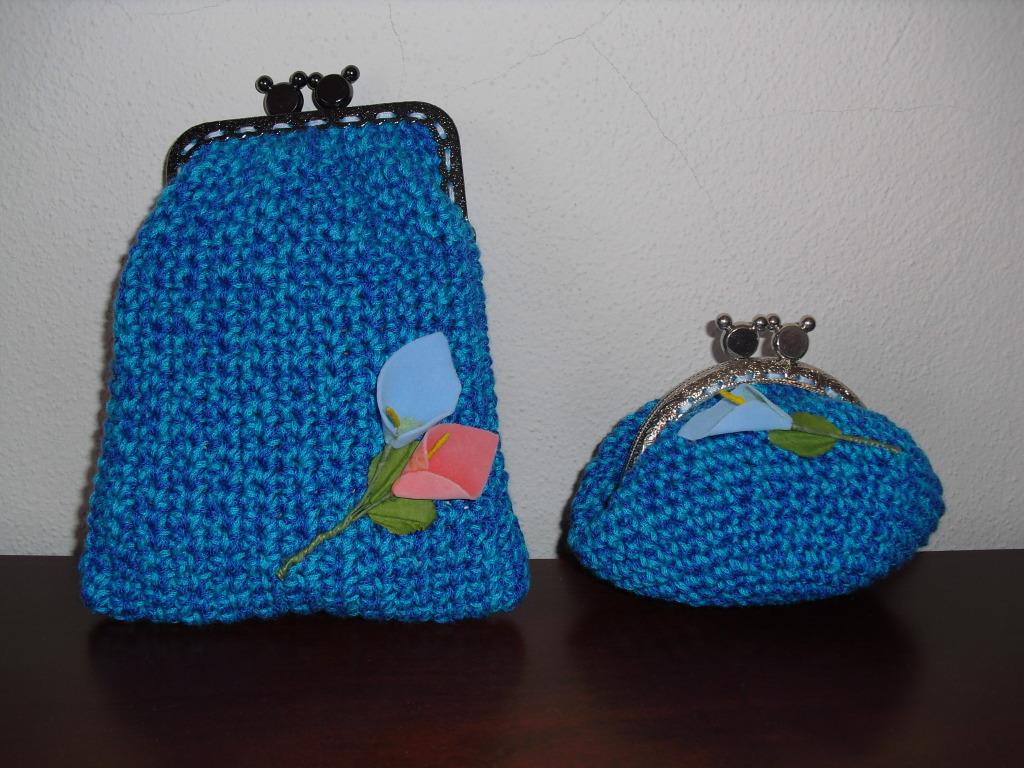 Bolsas azuis mescladas com flores aplicadas