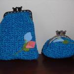 Conjunto de bolsas em crochet azul mesclado com flores aplicadas