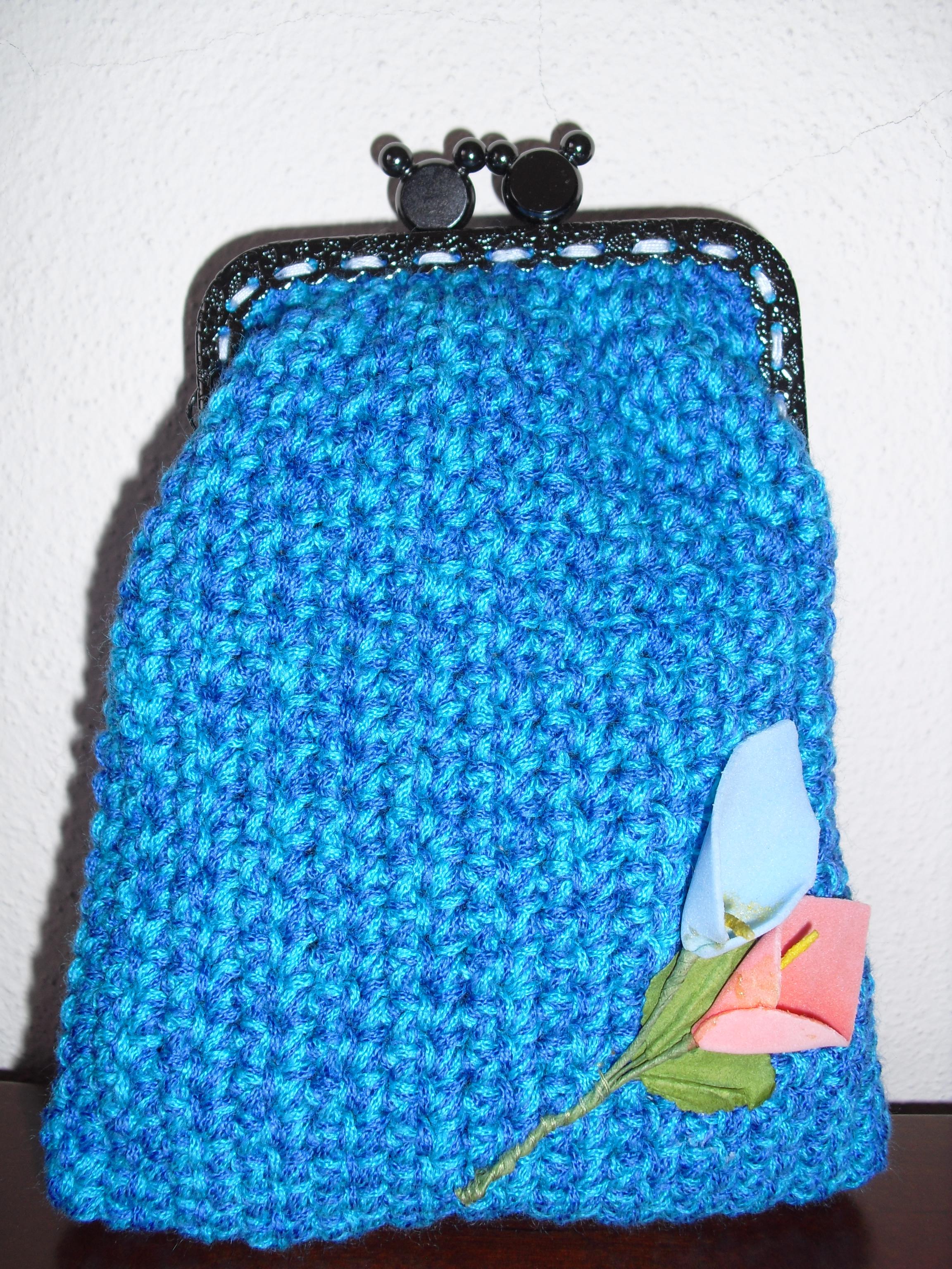 Bolsa retangular azul mesclada com flores jarro azul e salmão