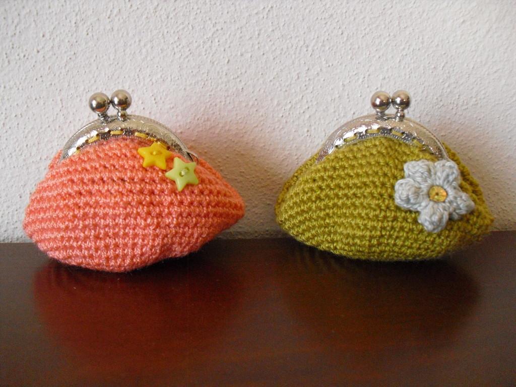 Bolsa salmão com estrelas e bolsa mostarda com flor creme em relevo
