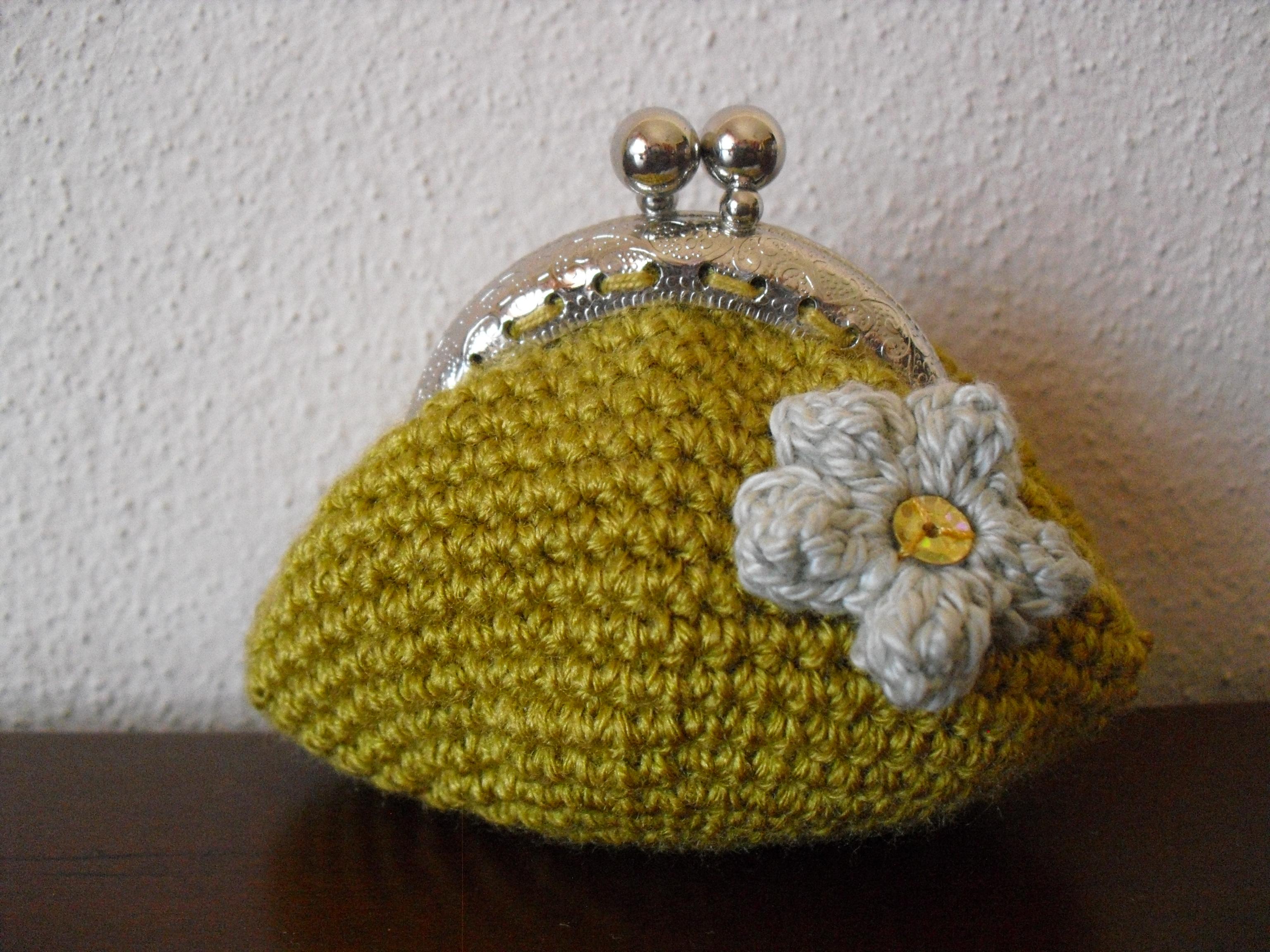 Bolsa cor mostarda, com flor feita com ponto borboto