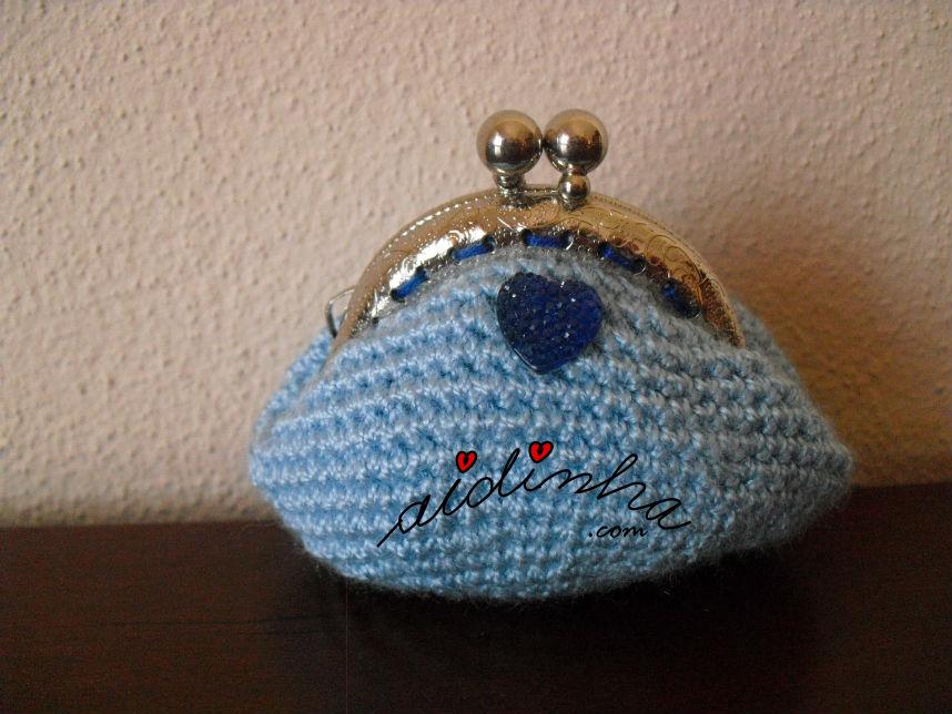 Bolsa redonda, em crochet, azul clara com coração brilhante