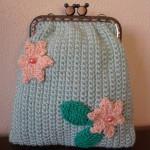 Bolsa em crochet verde água com duas flores salmão