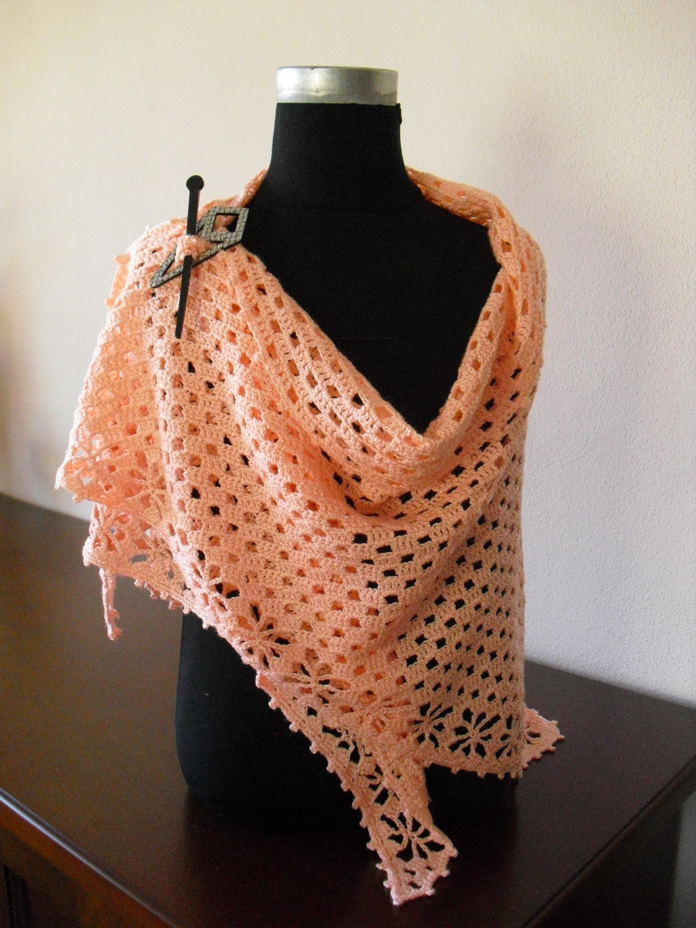 Xaile em crochet, na cor salmão, preso com alfinete