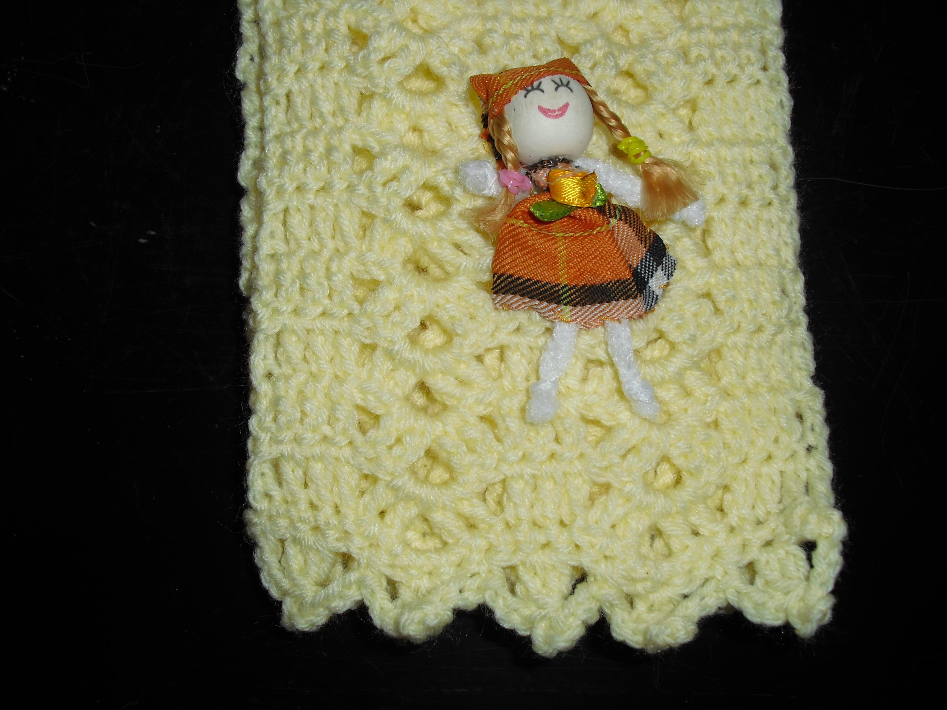 Pormenor da boneca do cachecol amarelo