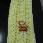 Cachecol infantil em crochet, amarelo clarinho com boneca