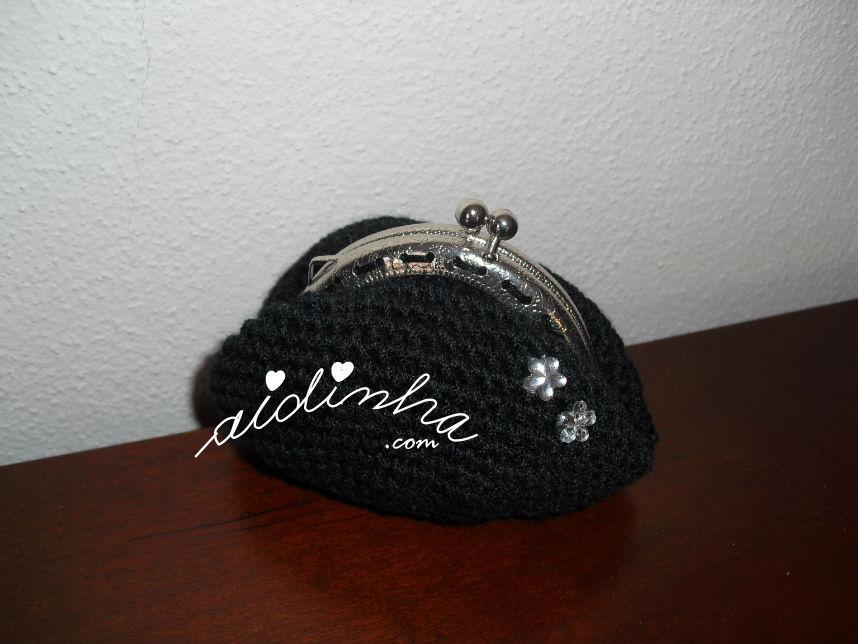 Bolsa redonda, em crochet, preta com flores de cristal