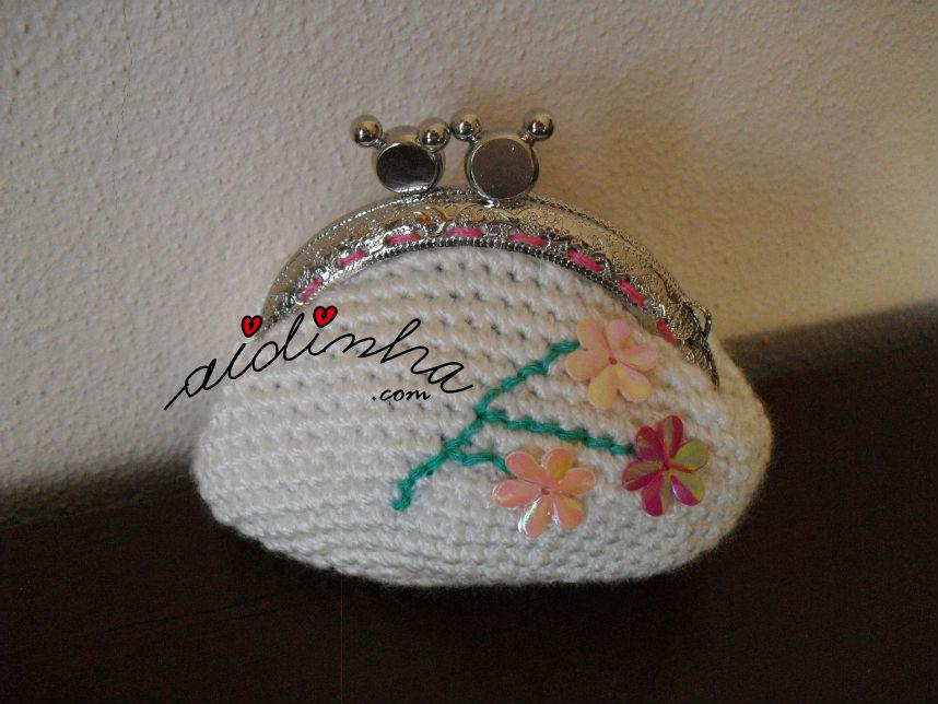 Bolsa redonda, em crochet, branca com ramo de flores bordado