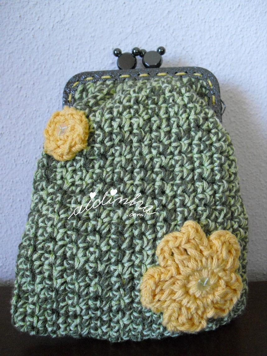 Bolsa grande em crochet verde mesclada, com florinhas amarelas