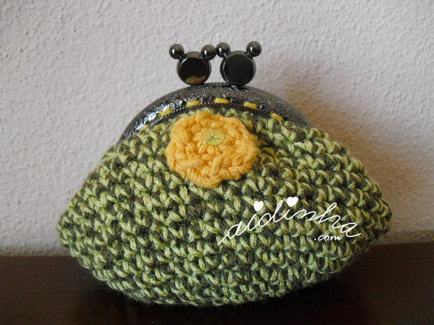 Bolsa redonda, em crochet, verde mesclado com florinha amarela