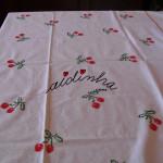 Toalha de mesa, em ponto cruz, com cerejas