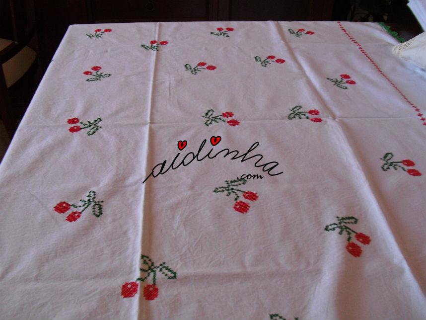 Toalha quadrada, em ponto cruz, com ramos de cerejas