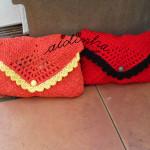 Bolsas em crochet, tipo envelope nas cores laranja e vermelho