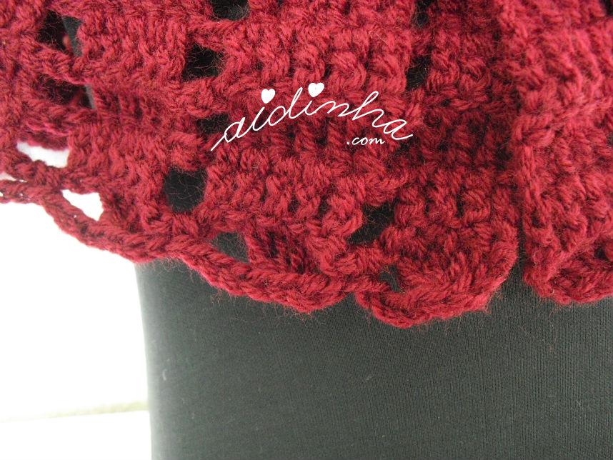 Acabamento da última carreira da pelerine bordeaux, em crochet