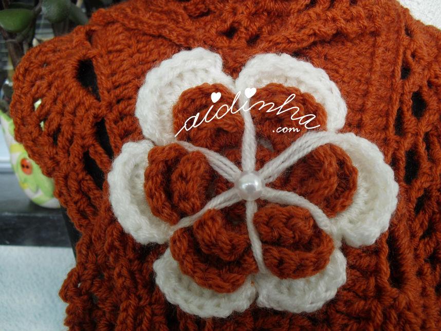 Pormenor da flor do cachecol de crochet