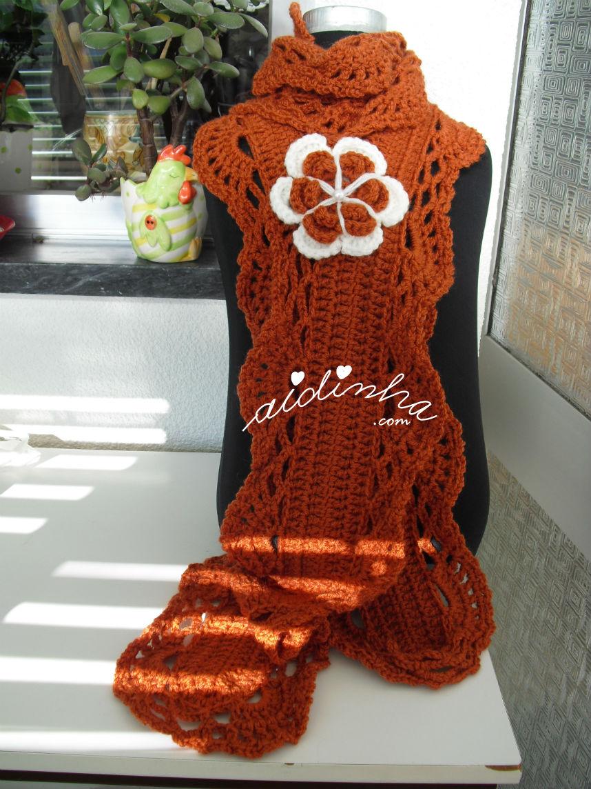 Vista total do cachecol em crochet, cor de tijolo