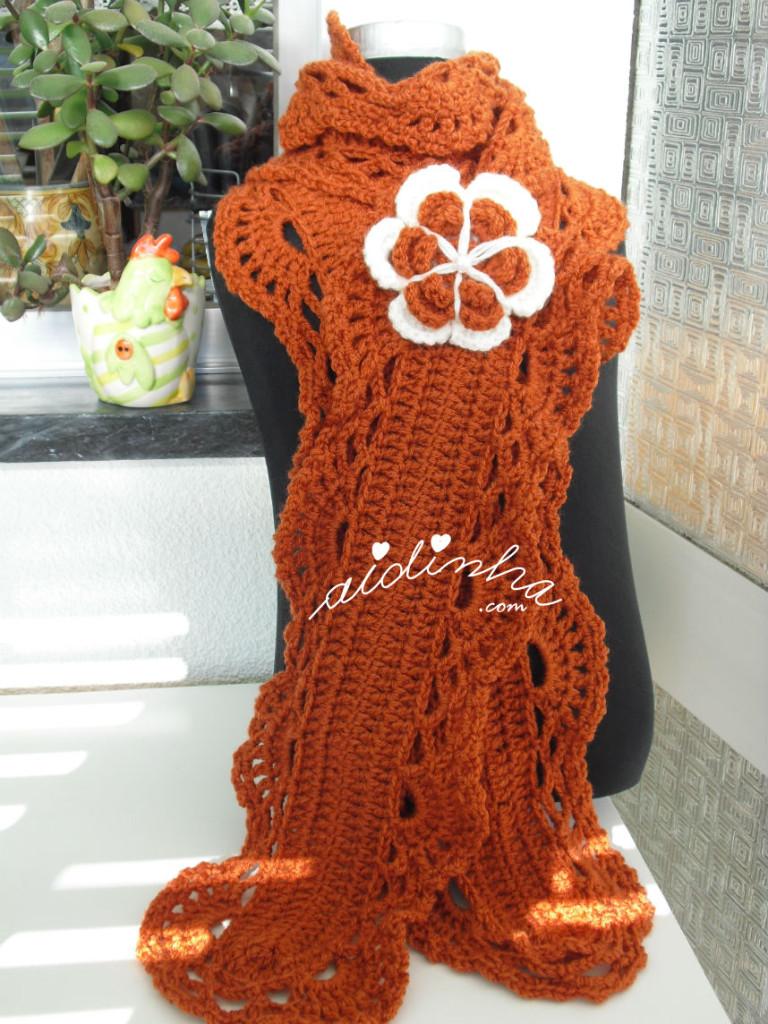 Cachecol, em crochet rendado, cor de tijolo