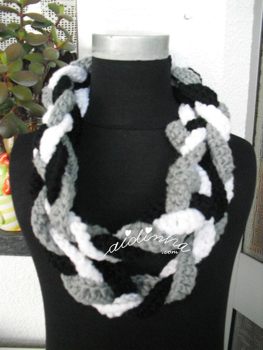 Gola em crochet, preta, cinza e branca , com duas voltas