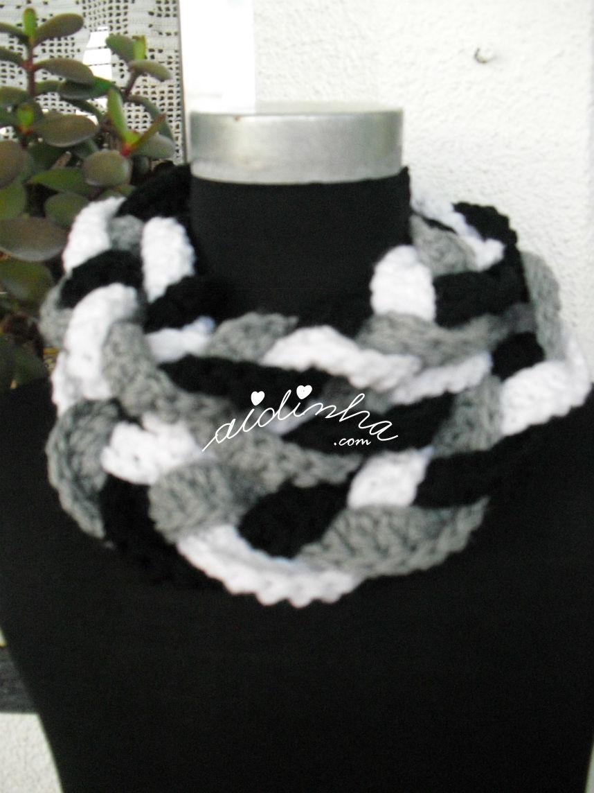 Pormenor da gola, em crochet, preta, cinza e branca
