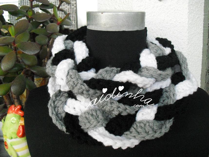 Gola em crochet, entrançada, nas cores preta, cinza e branca