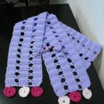 Cachecol infantil em crochet, lilás com corações em dois tons de rosa