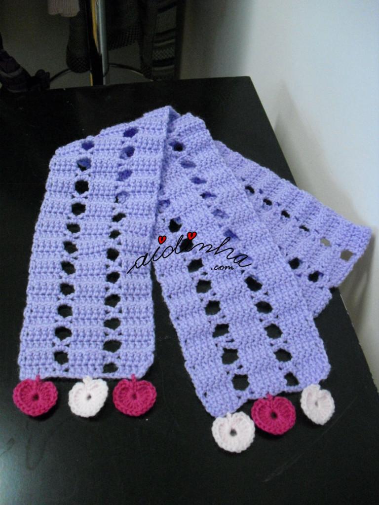 Cachecol infantil, em crochet, lilás com corações