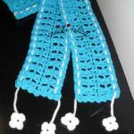 Cachecol infantil, em crochet, turquesa com flores brancas