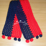 Cachecol infantil, em crochet, vermelho e azul escuro, com berloques