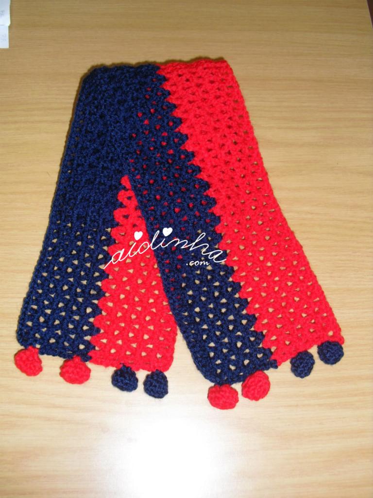 Cachecol infantil, em crochet, vermelho e azul com berloques