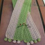 Cachecol infantil, em crochet, verde e creme com berloques
