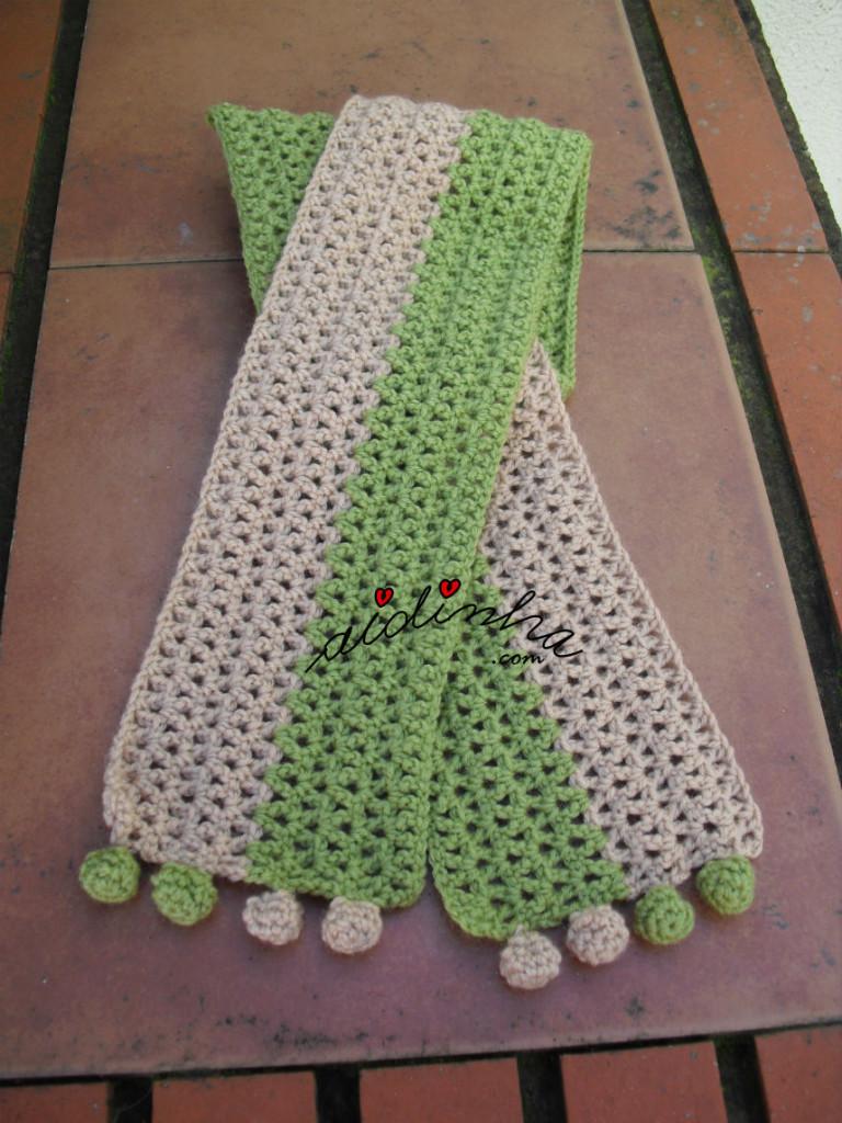 Cachecol infantil, em crochet, verde e creme