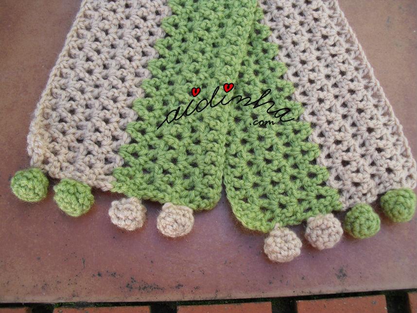 Pormenor das duas pontas do cachecol infantil, verde e creme
