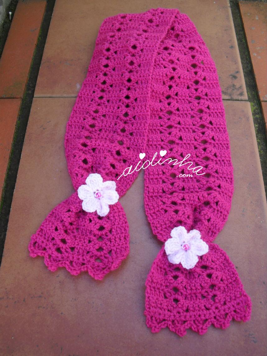Vista total do cachecol infantil rosa choc com flores rosa claro