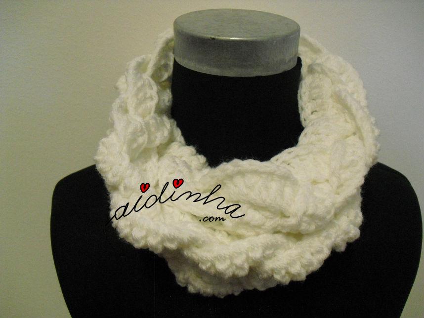 Gola em crochet, entrançada, na cor branca