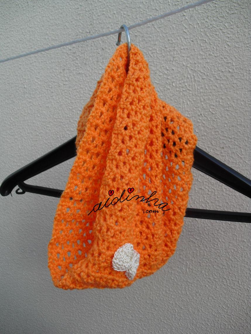 Gola infantil, laranja com lacinho, pendurada em cabide