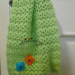Gola infantil, em crochet, verde água com florinhas laranja e turquesa