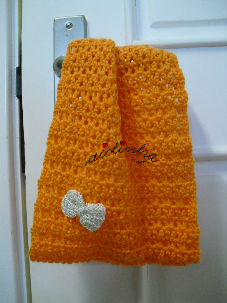Gola infantil, em crochet, na cor laranja com lacinho