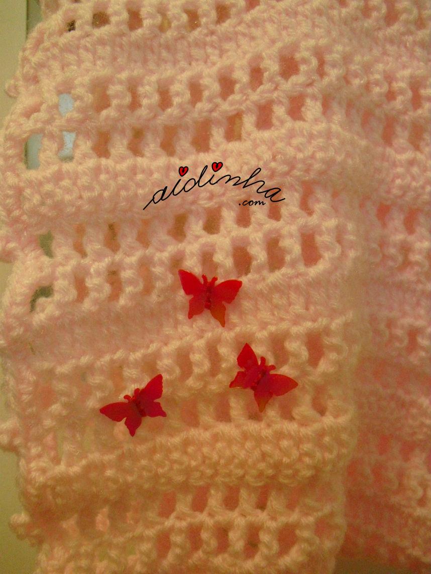 Pormenor das borboletas da gola infantil, em crochet