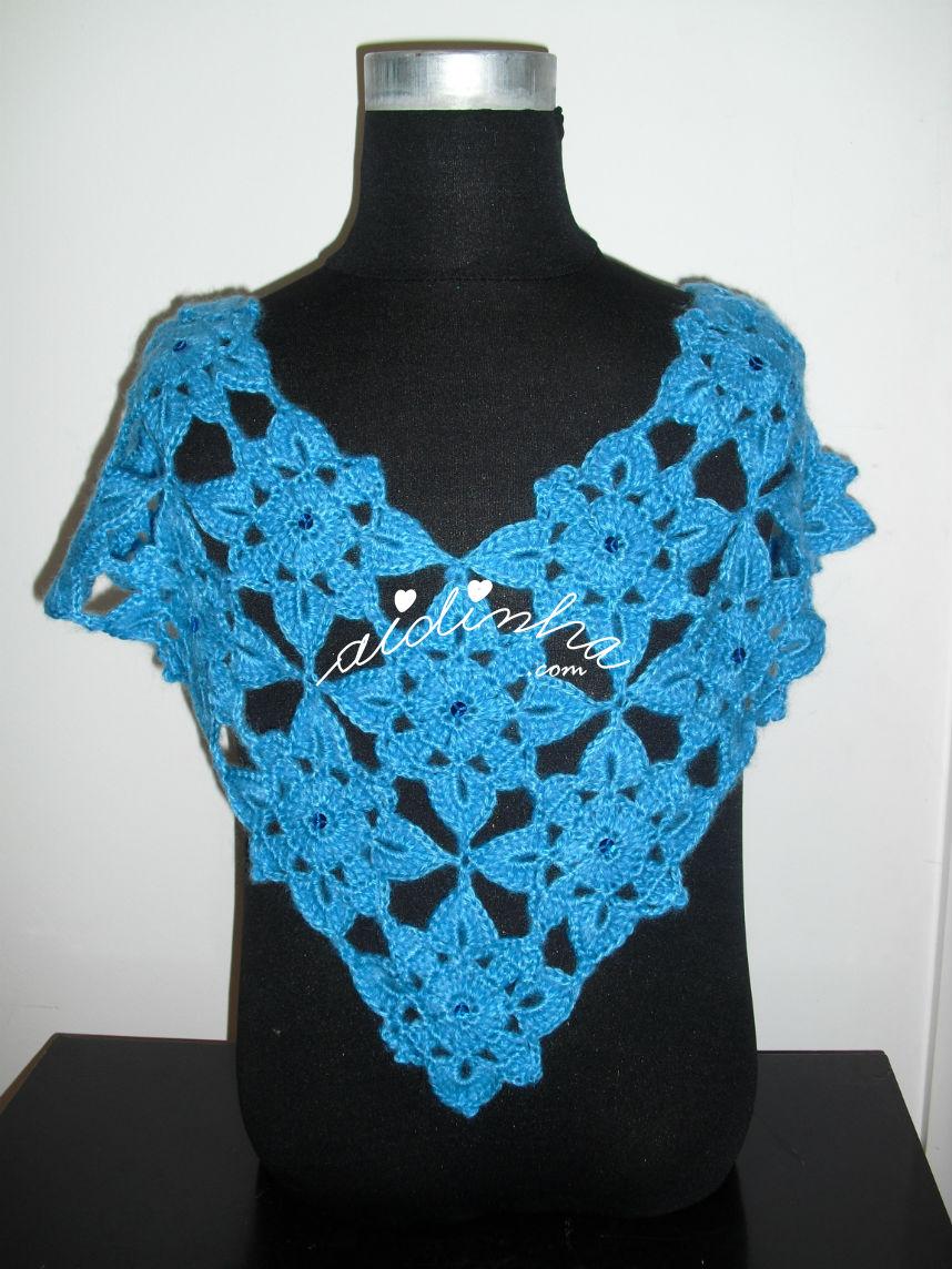 Vista total da pelerine azul, em crochet