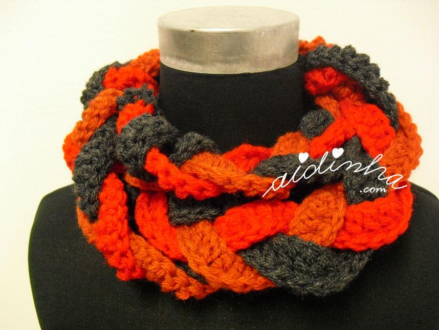Gola em crochet, entrançada, nas cores cinza, vermelho e tijolo