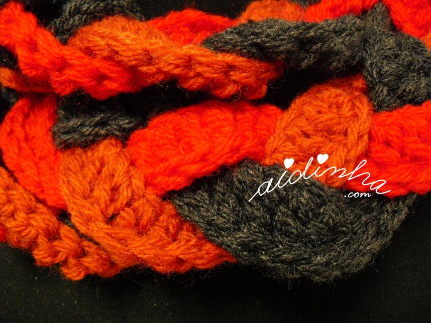 Foto de mais perto do ponto de crochet utilizado na gola