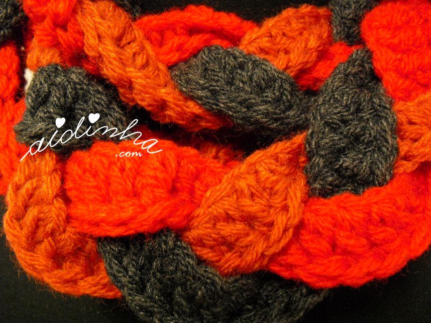 Pormenor do ponto utilizado na gola de crochet, entrançada