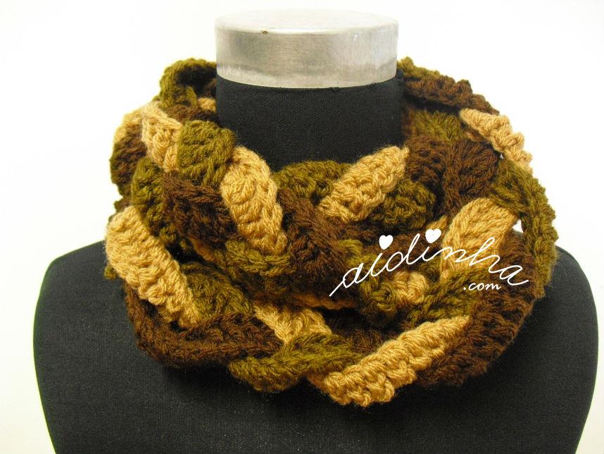 Gola entrançada, em crochet, nas cores castanho, creme e verde