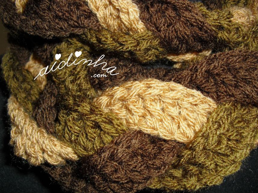 Pormenor do ponto de crochet utilizado para fazer a gola entrançada