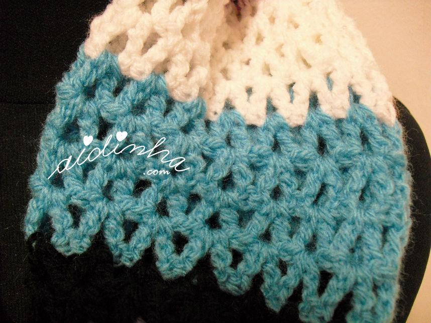 Pormenor do ponto de crochet, em turquesa, da gola de crochet