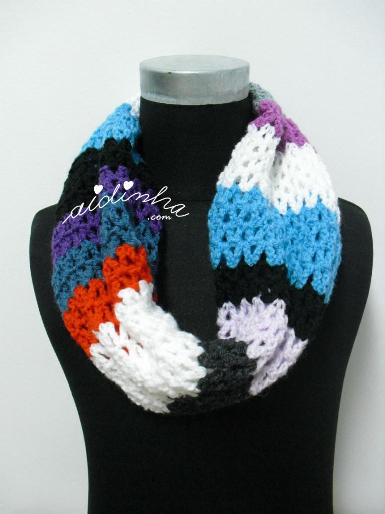 Gola, em crochet, multicolorida