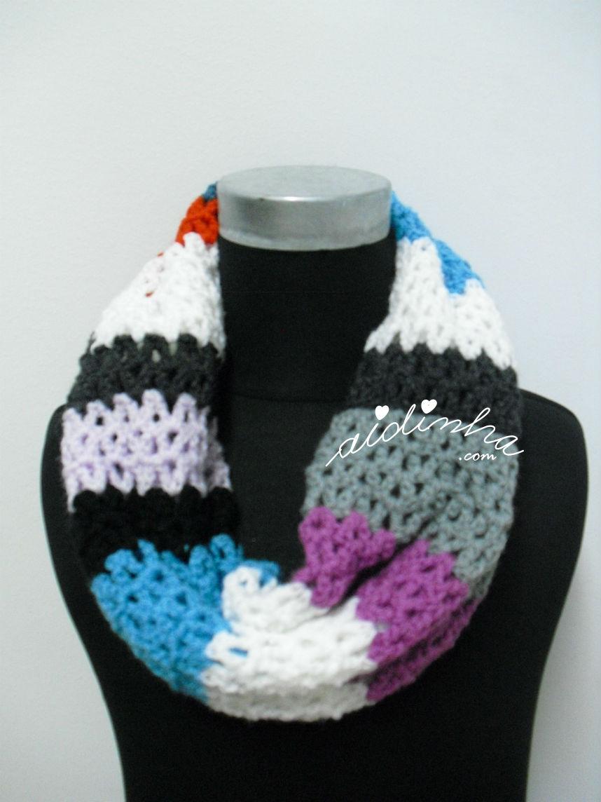 Vista de mais perto das cores da gola de crochet