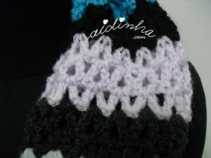 Pormenor do ponto de crochet, em lilás, da gola de crochet