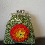 Bolsa em crochet, verde mesclada, com flor multicolorida