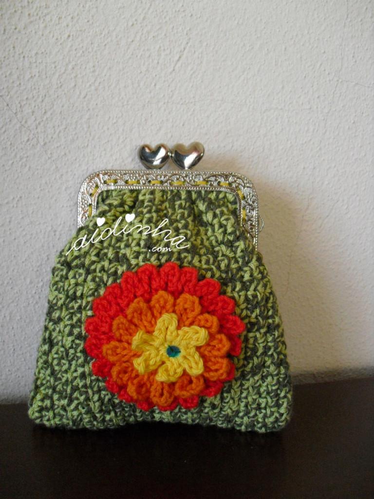 Bolsa em crochet, verde mesclada com flor multicolorida